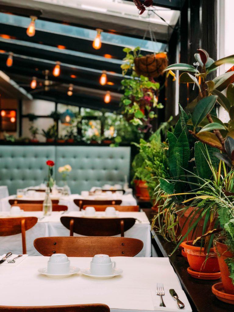 Tables dressées d'un café