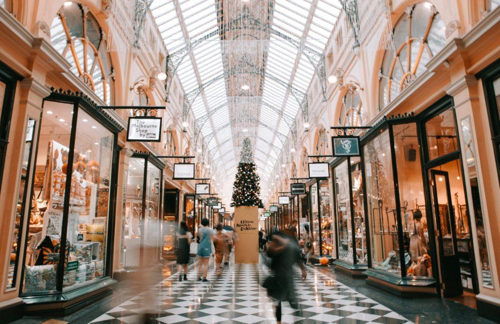 Intérieur d'une galerie commerciale illuminée