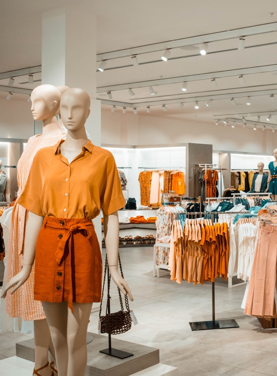 Mannequins et portants dans un magasin