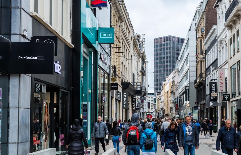 Grande rue avec des passants