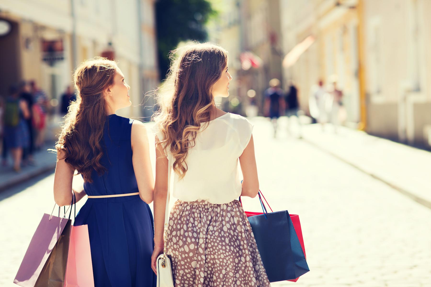 Femmes faisant leur shopping au soleil