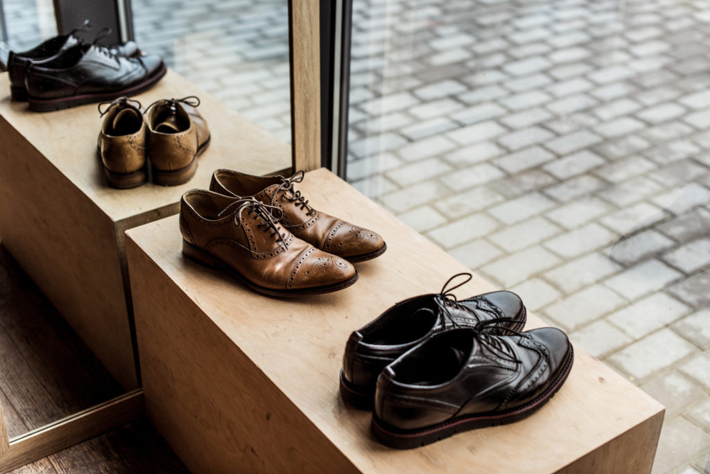 chaussures de cuir en vitrine